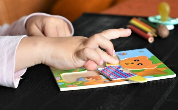 Kind maakt inlegpuzzel